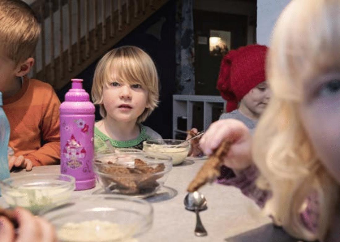 Børn der spiser tang