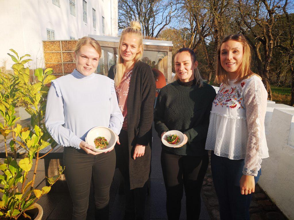 Pigerne viser tangsalaten frem foran Dragsholm slot