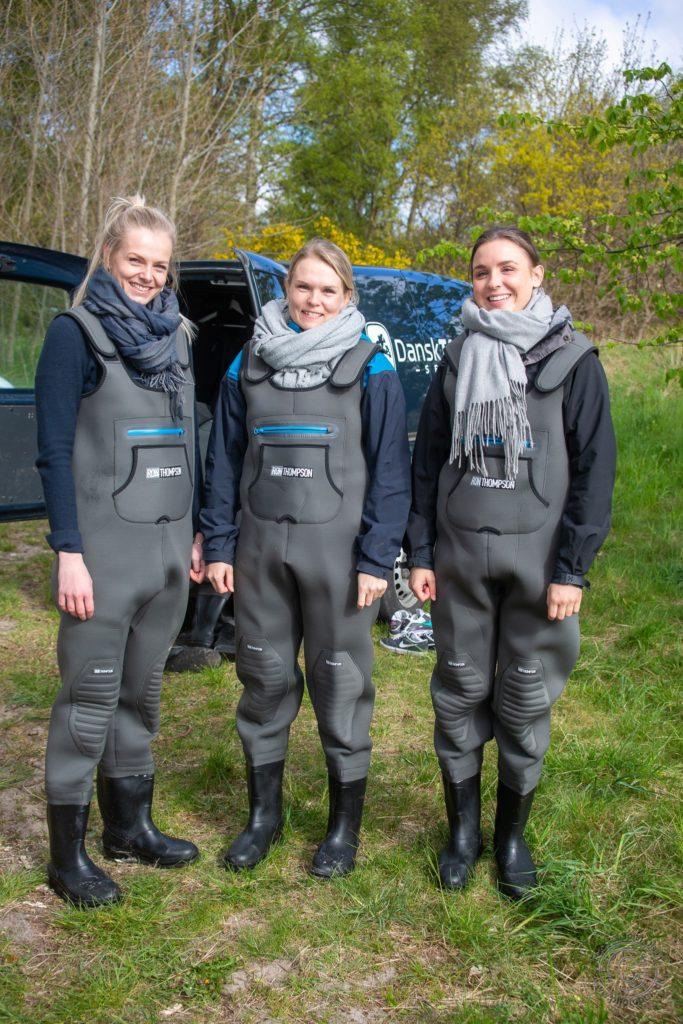 Louise Kamilla Krøyer, Marie Mosegaard Pedersen og Mia Bach Edlund i waders og klar til at høste sukkertang