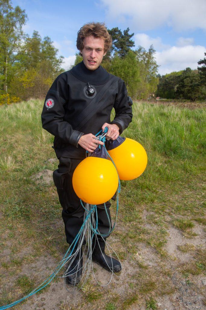 Simon Weber Marcussen er ved at sætte nye bøjer i vandet